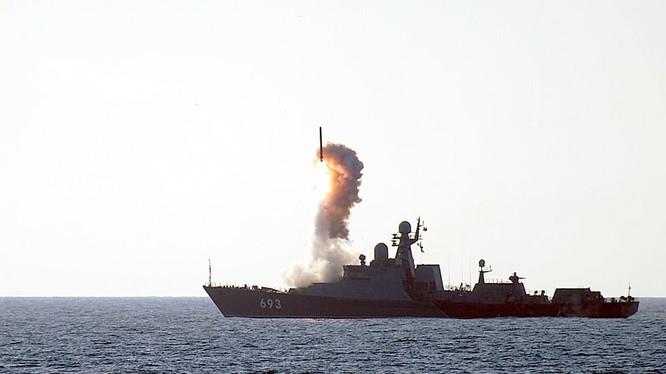 """chiến hạm mang tên lửa """"Dagestan"""" dự án 11.661 phóng tên lửa """"Kalibr"""""""
