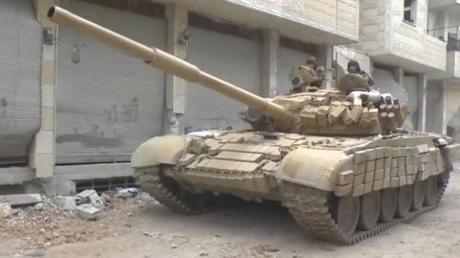 """Clip độc: Tăng T-72 quân đội Syria """"dính"""" 2 tên lửa của IS vẫn...chạy tốt"""