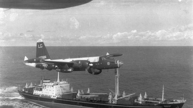 Tầu vận tải của Liên xô dưới tầm kiểm soát của không quân Mỹ