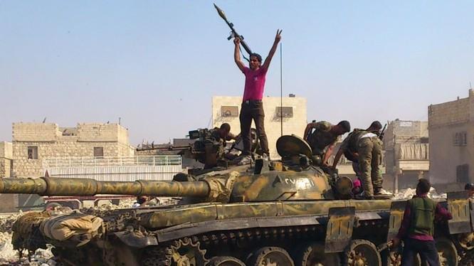 Clip đòn tấn công của không quân Syria vào xe tăng của IS