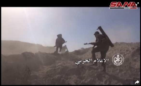 Một binh sĩ Syria mang theo ống phóng lựu được cho là Shmel