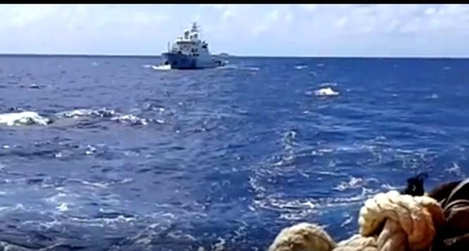 Tàu hải cảnh Trung Quốc rượt đuổi, chĩa súng đe dọa tàu dân sự Việt Nam