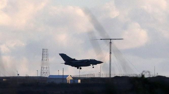 Không quân Anh tấn công vào khu vực dầu mỏ của IS