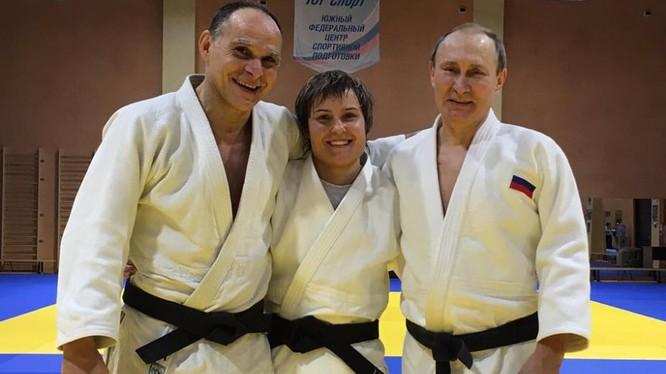 Nữ vận động viên người Briansk Kuzyutina cúng huấn luyên viên và tổng thống Nga