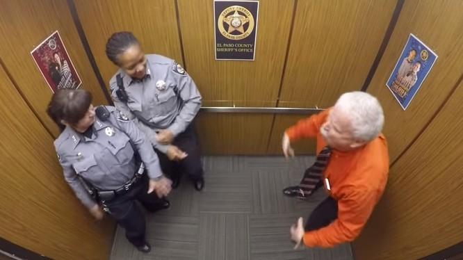 Video: Cảnh sát Mỹ vui vẻ ở đâu?