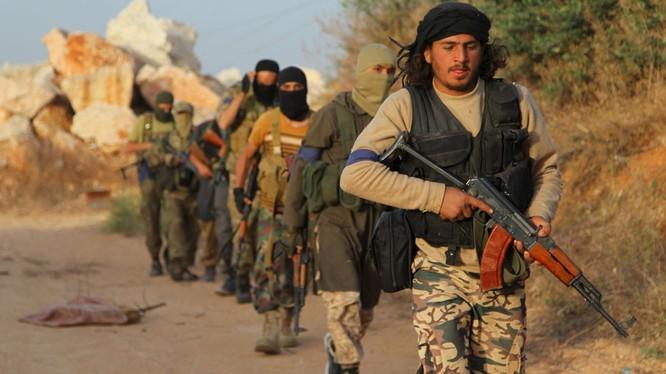 Hàng trăm chiến binh Hồi giáo cực đoan hạ súng đầu hàng
