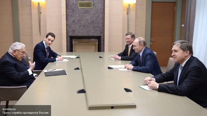 Điều bí mật gì trong cuộc gặp của Henry Kissinger với tổng thống Nga Putin?