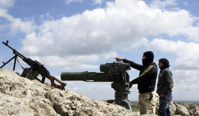 Các chiến binh Hồi giáo cực đoan FSA với vũ khí chống tăng Mỹ TOW trên chiến tuyến chống quân đội Syria ở vùng nông thôn phía Tây Bắc tỉnh Daraa