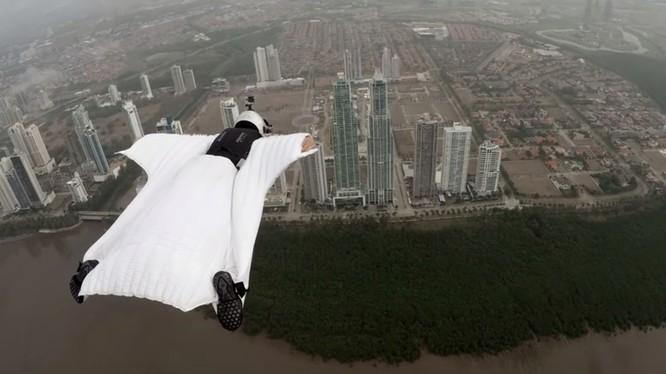 Người mẫu thời trang bay lượn giữa hai tòa tháp chọc trời