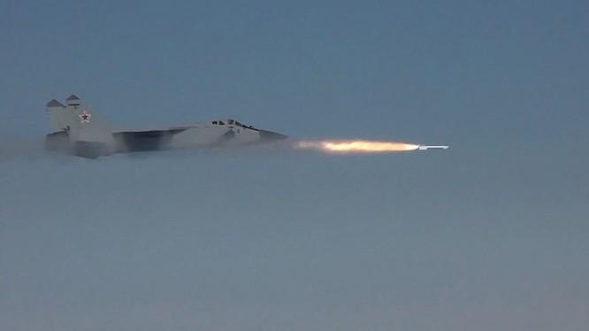 Video: Siêu tiêm kích đánh chặn MiG- 31 tiêu diệt mục tiêu