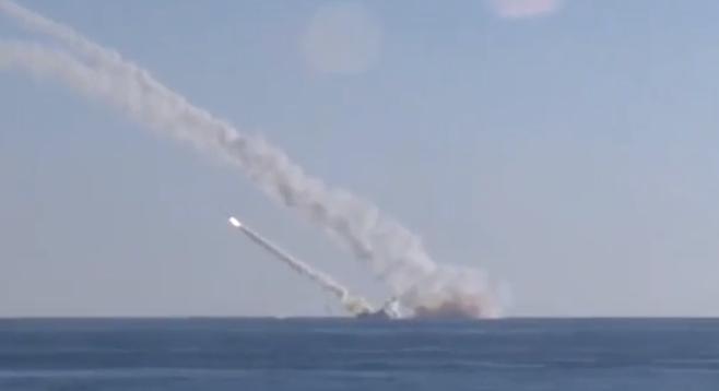 """Tàu ngầm """"Rostov-on-Don"""" lớp Kilo 636 phóng tên lửa hành trình Kalibr trên biển Địa Trung Hải tấn công khủng bố ở Syria"""
