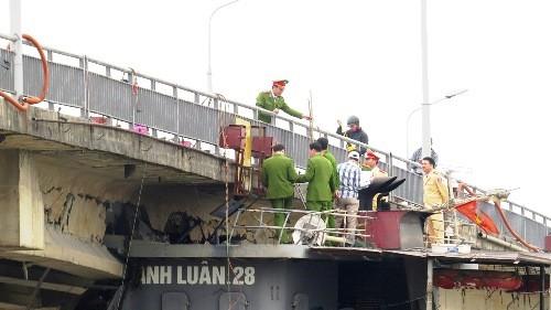 Cầu An Thái bị tàu thủy đâm hỏng một dầmtại khoang thông thuyền vào đêm 6/3. Ảnh:Giang Chinh.