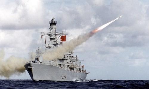 Tàu hộ vệ tên lửa Anh Type 23 -frigate HMS Iron Duke phóng tên lửa chống tàu Harpoon.