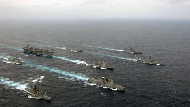 """Biển Đông tăng nhiệt, cường quốc diễn trò """"bên miệng hố chiến tranh"""""""