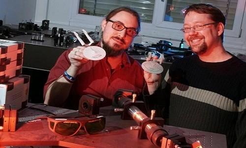 Hai nhà nghiên cứu Alexander Szameit (phải) và Marco Rigotti (trái) tại Đại học Jena, Đức, phát triển thiết bị dịch chuyển tức thời bằng laser. Ảnh: Đại học Jena.