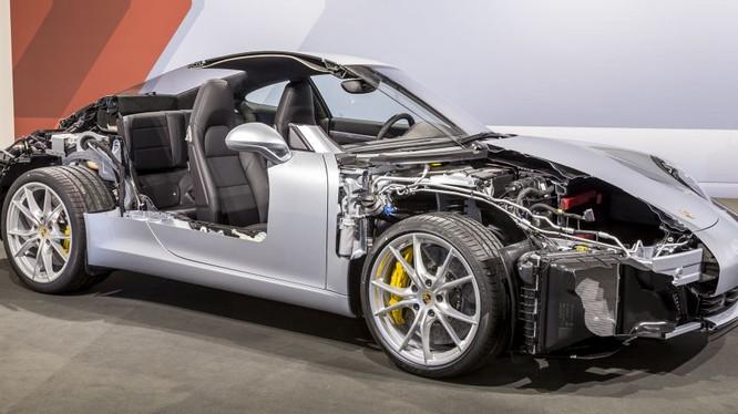 Lái thử siêu xe Porsche tại Việt Nam: Từ sợ hãi đến phấn khích