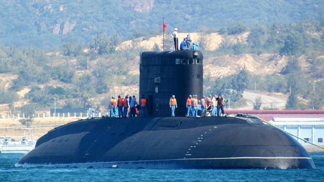Tàu ngầm Kilo Việt Nam trên vịnh Cam Ranh