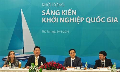 Phó thủ tướng Vũ Đức Đam (thứ 2 từ phải) và Chủ tịch FPT - Trương Gia Bình (ngồi kế) tại hội thảo khởi động Sáng kiến khởi nghiệp quốc gia.