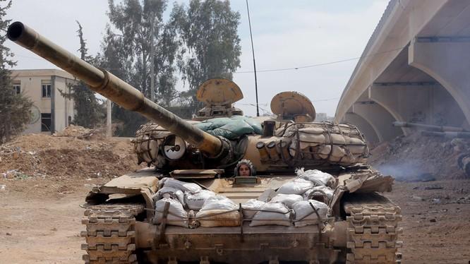 Nữ chiến sĩ xe tăng quân đội Syria