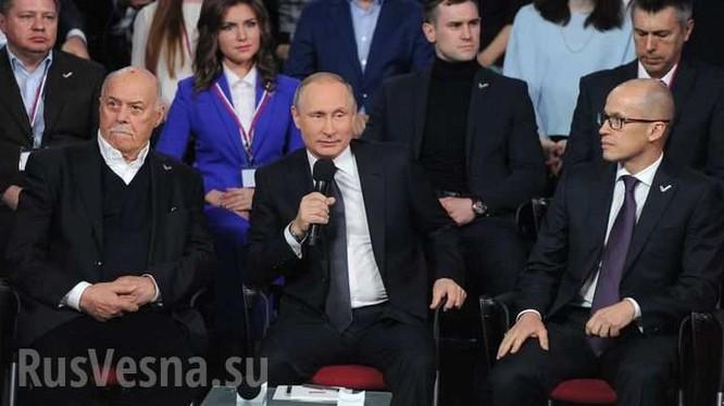 Tổng thống Putin làm phiên dịch, nói đùa bằng tiếng Đức và hát bằng tiếng Anh