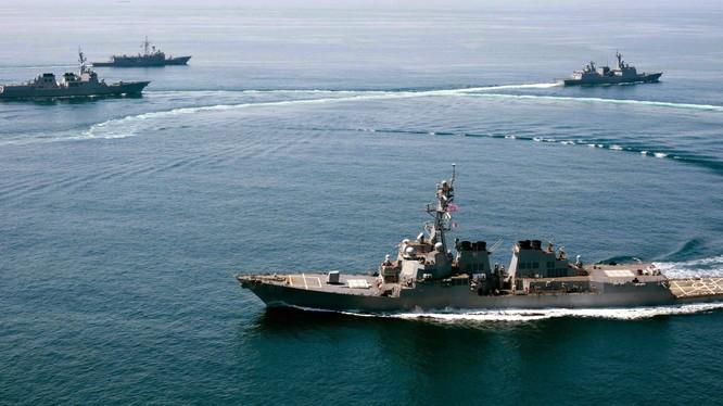 Cận cảnh 3 chiếc tàu Trung Quốc và khu trục hạm Mỹ trên biển Đông