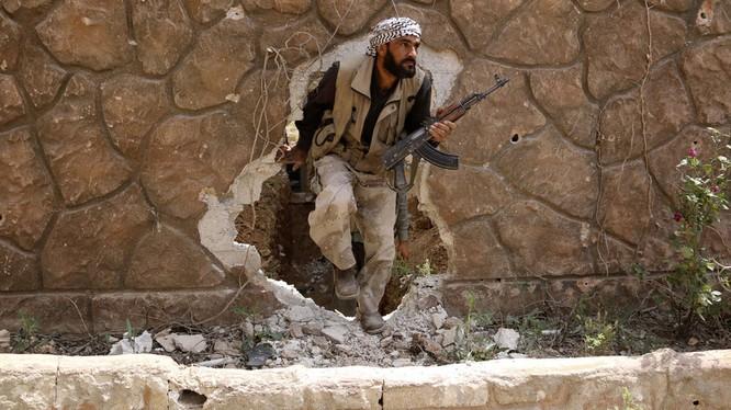 Một chiến binh thuộc nhóm Jaysh Al-Islam