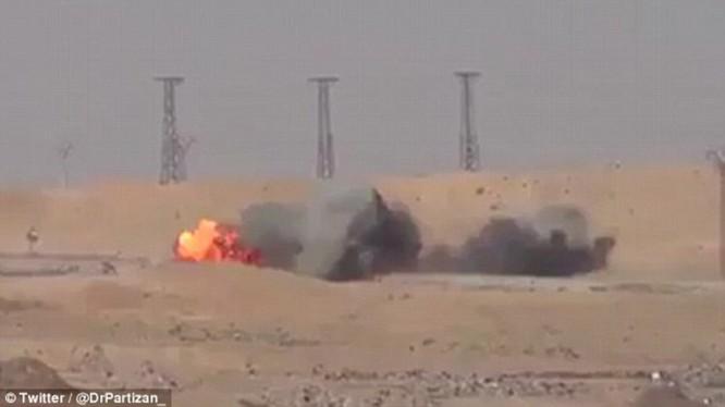 """Video: Xem tên lửa Javelin """"thiêu"""" xe bom cảm tử của IS tại Syria"""