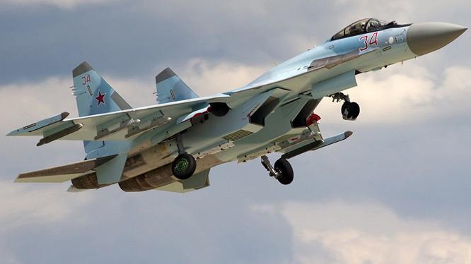 Video: Cú lộn xoay cơ động điên rồ của Su - 35