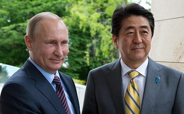 Dấu ấn khắc nghiệp của công việc trên gương mặt hai nhà lãnh đạo Nga - Nhật qua hai năm