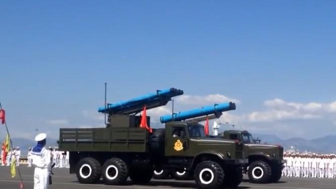 Tên lửa Extra của hải quân Việt Nam trong lễ diễu binh ngày truyền thống lực lượng hải quân nhân dân