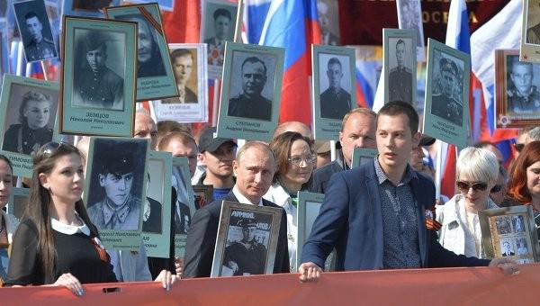 """Tổng thống V.Putin tham gia đoàn diễu hành """"Trung đoàn Bất tử"""""""