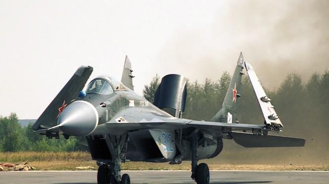 """Việt Nam tung """"mãnh điểu"""" MiG – 29 K bảo vệ Trường Sa thế nào? (video)"""