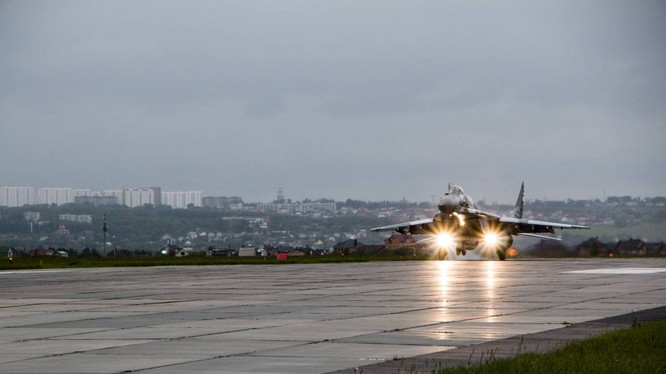 Video: Cận cảnh máy bay tim kích MiG-29UMT Nga huấn luyện