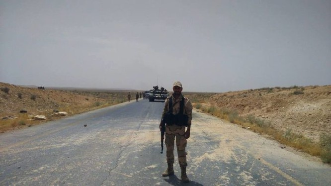 Video: Quân đội Syria tấn công theo đường cao tốc Aleppo-Raqqa
