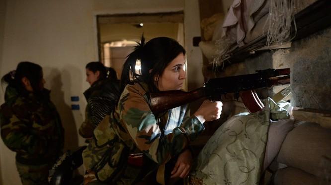 Nữ binh sĩ quân đội Syria chiến đấu trên vùng ngoại ô Damascus