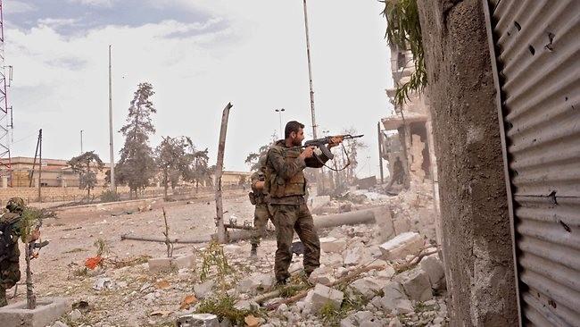 Binh sĩ Syria đang chiến đấu với các tay súng IS