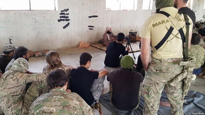 Nhóm chiến binh Al-Nusra nước ngoài đang nghe một thủ lĩnh Uzbek giảng đạo ở Syria