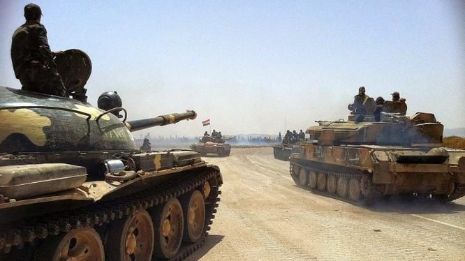 Xe tăng quân đội Syria trên đường tiến về Raqqa