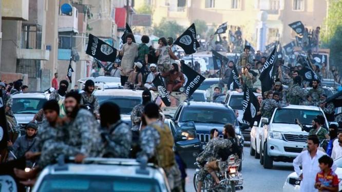 Chiến binh khủng bố IS tụ tập ở Raqqa ăn mừng chiến thắng