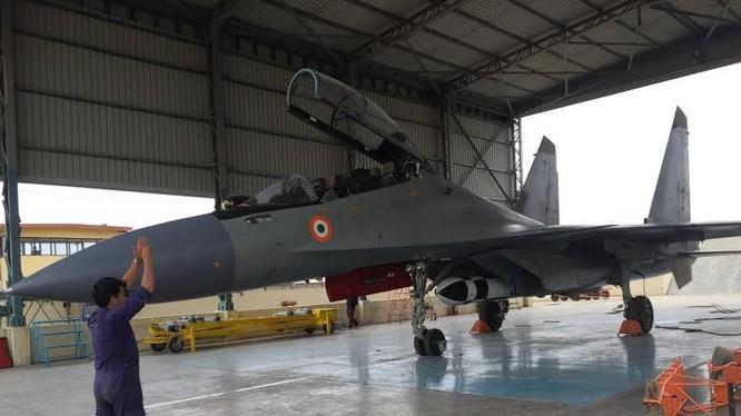 Đưa máy bay Su-30MKI mang tên lửa BrahMos ra đường băng thử nghiệm bay