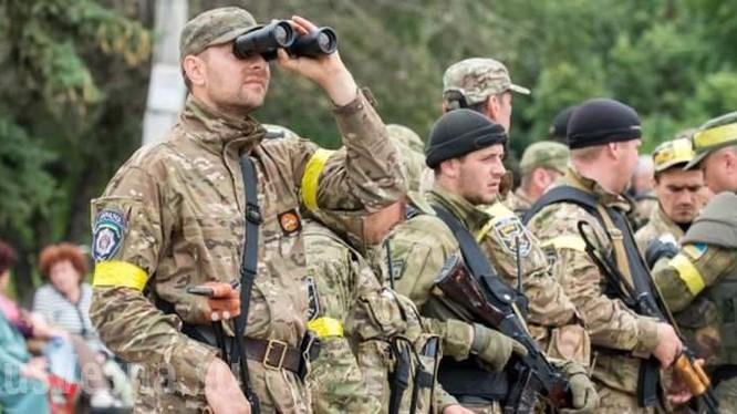 Nhóm binh sĩ Ukraine trong lực lượng ATO