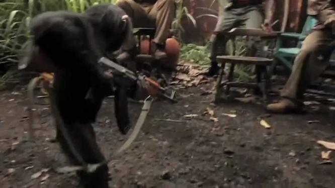 Chú khỉ với khẩu tiểu liên AK