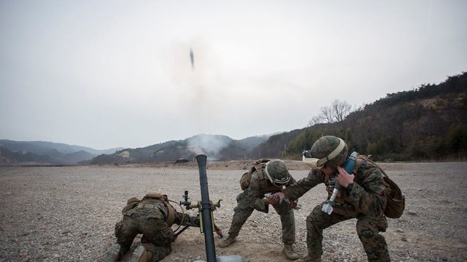 Lính thủy đánh bộ Mỹ sử dụng súng cối
