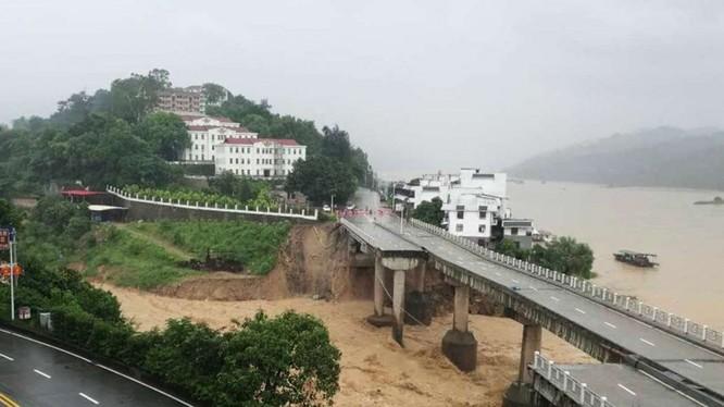 Một cây cầu trên đường cao tốc bị bão lũ đánh sập