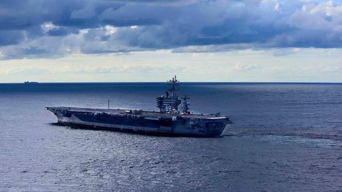 Tàu sân bay Mỹ USS Dwight D Eisenhower trên biển Địa Trung Hải