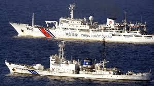 Tàu cảnh sát biển Philipines và Trung Quốc trên vùng nước tranh chấp