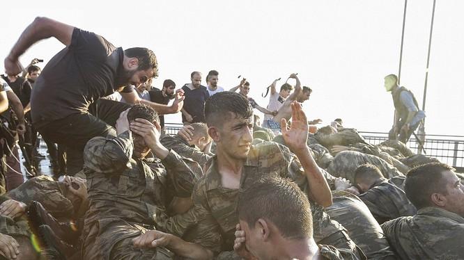 Đảo chính thất bại, các binh sĩ Thổ Nhĩ Kỳ bị bắt trên cầu Bosphorus