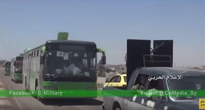 Chiếc xe buýt màu xanh chở các chiến binh Hồi giáo cực đoan di tản