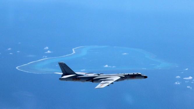 Máy bay nem bom hạt nhân H-6K bay trên bầu trời bãi cạn Scarborough
