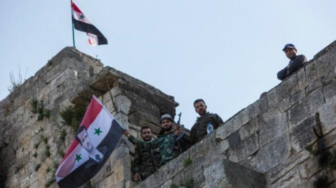 Cờ Syria được các binh sĩ gương cao trên tòa nhà mới chiếm lại